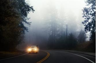 Açıklama: sisli-havada-araba-surmek